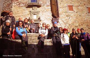 Il gruppo dall'associazione Mangia Trekking in una foto di gruppo in uno dei borghi attraversati durante l'escursione