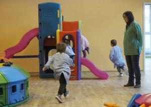 L'entusiasmo dei piccoli con i giochi della struttura (foto Massimo Pasquali)
