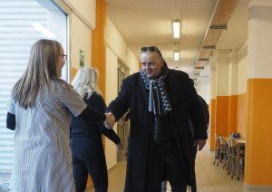 Il sindaco Filippo Bellesi saluta le maestre (foto Massimo Pasquali)