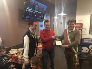 Il momento della consegna del Premio a Denis Canaccini da parte del sindaco Paolo Grassi