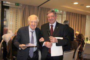 """Con Claudio Caldi (a destra), Mirando Zini cui è stato assegnato il """"Campanone d'onore"""""""