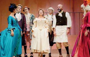 """Il cast della """"Locandiera"""", al centro Amanda Sandrelli, rappresentazione che aprirà la stagione teatrale alla Rosa il prossimo 19 gennaio."""