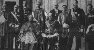 I partecipanti alla cerimonia dell'11 febbraio 1929 per la firma dei Patti Lateranensi: al centro, seduti, il card. Gasparri e Mussolini firmatari dell'accordo