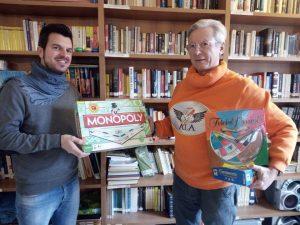 Alessandro Guidi (a sinistra) dell'Associazione Ludica Apuana ha consegnato a Lorenzo Antoniotti della cooperativa sociale AuroraDomus una trentina di giochi di società e di ruolo