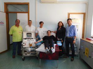 Un donatore nel centro trasfusionale dell'ospedale di Pontremoli, assieme allo staff medico e rappresentanti Fratres