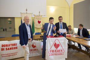 Un momento della festa sociale 2018, con Armando Mastroviti, al centro, che assieme a Mario Bassi (a destra), premia un donatore.