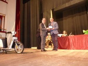 La consegna della Civica Benemerenza all'imprenditore Elio Marioni (a sinistra) da parte del prefetto Paolo D'Attilio