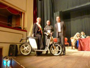 Il sindaco Lucia Baracchini, l'imprenditore Elio Marioni e il rivenditore massese Alberto Fugacci posano a fianco del motorino elettrico prodotto dalla Askoll