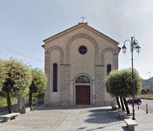 La facciata della chiesa parrocchiale ad Arpiola di Mulazzo