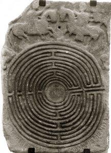Particolare dell'antica pietra con inciso il labirinto conservata nella chiesa di San Pietro in Pontremoli, già della diocesi di Brugnato