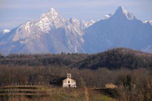 L'oratorio di San Rocco sullo sfondo delle Alpi Apuane