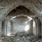 L'interno dell'Oratorio di San Rocco con i crolli delle pietre dalle pareti