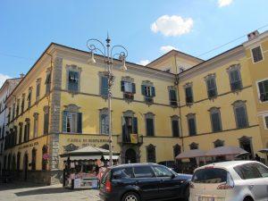 La facciata di Palazzo Pavesi in piazza della Repubblica a Pontremoli