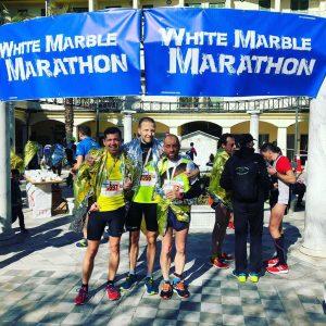 Armando Mastroviti (a sinistra) e Pierpaolo Ribolla (al centro) al termine della maratona