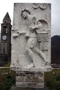 Il monumento simbolo di Montereggio, che raffigura un libraio.