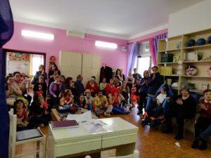 Foto di gruppo degli attori e degli spettatori dello spettacolo che si è svolto a centro di socializzazione di Quercia