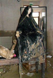 La statua della Madonna Addolorata nei giorni dell'alluvione di Aulla nell'ottobre 2011