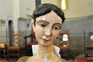 Il volto della statua della Madonna Addolorata nella chiesa di San Caprasio in Aulla al termine del restauro
