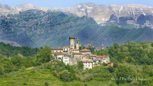 Una bella immagine del borgo di Malgrate in versione primaverile, circondato dal verde ma con l'ultima neve sull'Appennino (foto Walter Massari)