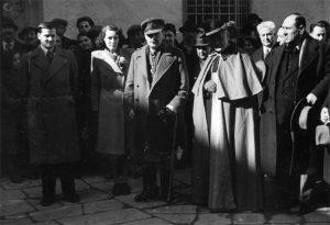 """Pontremoli, 1 marzo 1947. Il magg. Gordon Lett (primo a sinistra) con la moglie Sheila, il ten. col. inglese de Burgh, il vescovo Giovanni Sismondo e il sindaco di Pontremoli, Laba. La foto è tratta dal libro """"Gordon Lett. Amico dell'Italia"""""""