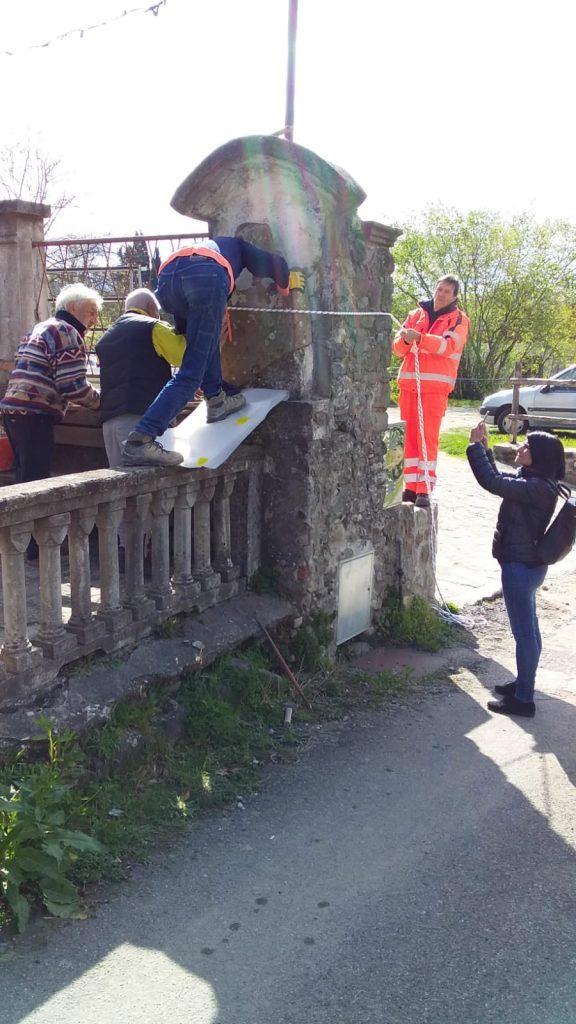 Un momento della rimozione della statua stele a Scorcetoli