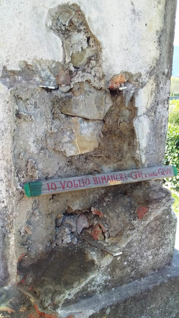 Il polemico cartello lasciato dai parrocchiani della Valle del Caprio