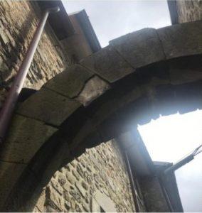 Il portale di Montereggio danneggiato