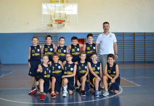 Gli Aquilotti della Pontremolese Basket con l'allenatore Daniele Tarantola