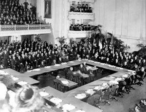 Il tavolo della Conferenza di Pace a Versailles nel 1919: la firma dei Trattati avvenne il 28 giugno