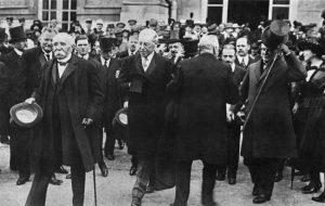 "L'arrivo dei quattro ""grandi"" a Versailles. Da sinistra: Georges Clemenceau, Woodrow Wilson, Vittorio Emanuele Orlando (di spalle) e Lloyd George."