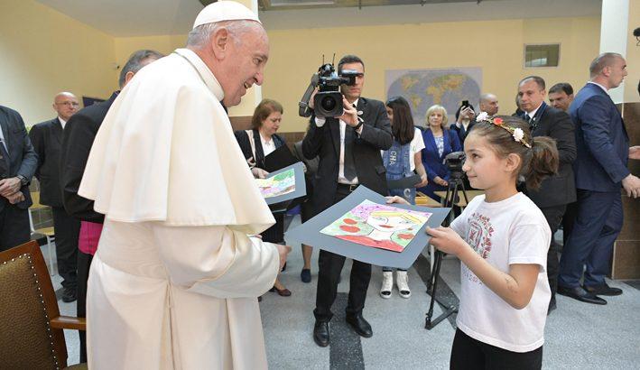 """Papa Francesco, """"Per amare qualcuno non c'è bisogno  di chiedergli il curriculum"""""""
