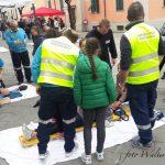 Dimostrazione di primo soccorso nello stand della Misericordia di Pontremoli