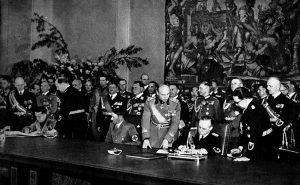 Berlino, 22 maggio 1939. Hitler, al centro del tavolo tra i ministri degli Esteri Ribbentrop e Ciano, assiste alla firma del Patto
