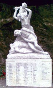 Il monumento che, a Forno, ricorda le vittime della strage