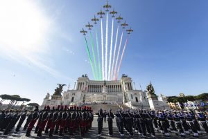 Il passaggio delle Frecce Tricolori sull'Altare della Patria a Roma il 2 giugno 2018.