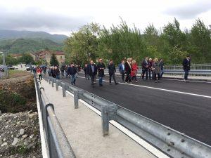 Autorità e cittadini passeggiano sul ponte appena riaperto (foto Massimo Pasquali)