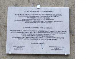 La targa, in italiano e in francese, che evidenzia le basi tra cui è nato il gemellaggio tra Mulazzo e Puylaurens