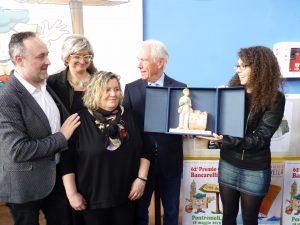La consegna del Premio Bancarellino a Giulia Besa. Oltre alla scrittrice (a destra) sono presenti, da sinistra: Ignazio Landi, Lucia Baracchini, Giuditta Bertoli e Gianni Tarantola