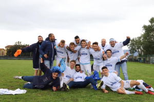 I ragazzi della Pontremolese festeggiano la vittoria del campionato e la promozione in Eccellenza