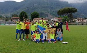 I giocatori del Serricciolo festeggiano la vittoria che vale il passaggio in Promozione