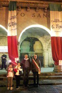 L'arrivo della minimarcia a Bagnone con Angelo Ferdani, il sindaco Carletto Marconi e due giovani tedofori