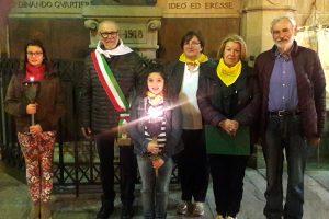 Foto ai gruppo all'arrivo della Minimarcia. Assieme alle due giovani tedofori sono presenti (da sinistra) Carletto Marconi, Rita Beccari, Ivana Fornesi e Angelo Ferdani