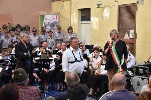 Il saluto della sindaca di Pontremoli al presidente della Musica Cittadina, Elio Poli, e al direttore Riccardo Madoni