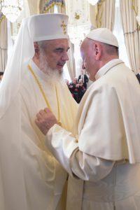 L'abbraccio di papa Francesco con il patriarca ortodosso Daniel.
