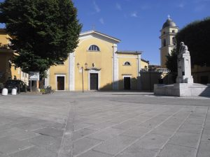 La chiesa di Avenza e la sua piazza oggi con il monumento a Mazzini.