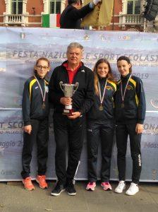 Il professor Pier Luigi Tamagna assieme alle tre bravissimi atlete dell'istituto Ferrari: Melissa Sarti, Anna Simoncelli ed Alessandra Gjaci