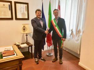 Il formale passaggio di consegne tra il sindaco uscente, Paolo Grassi, e quello appena eletto, Gian Luigi Giannetti