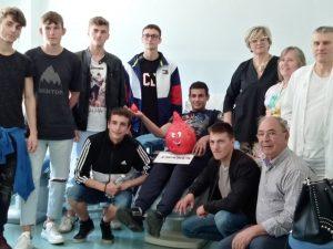Alcuni dei ragazzi del Pacinotti, assieme alla dirigente dell'istituto, Lucia Baracchini, al presidente Provinciale dei Fratres Alberto Alberici e al personale del centro trasfusionale