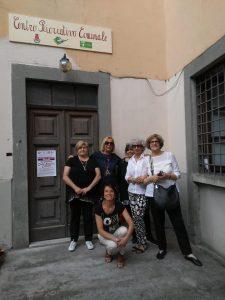 Le rappresentanti del CIF di Pontremoli, di fronte alla sede del nuovo Centro ricreativo comunale