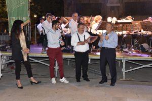 Durante la serata scambio di gagliardetti tra la Musica Cittadina Pontremoli (rappresentante dal presidente Elio Poli) e la Filarmonica di Cascina (con il presidente Franco Bizzarri)